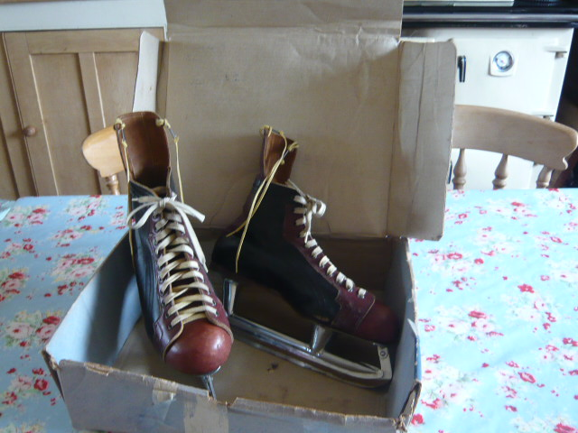 z/sold VINTAGE ICE SKATES IN ORIGINAL BOX