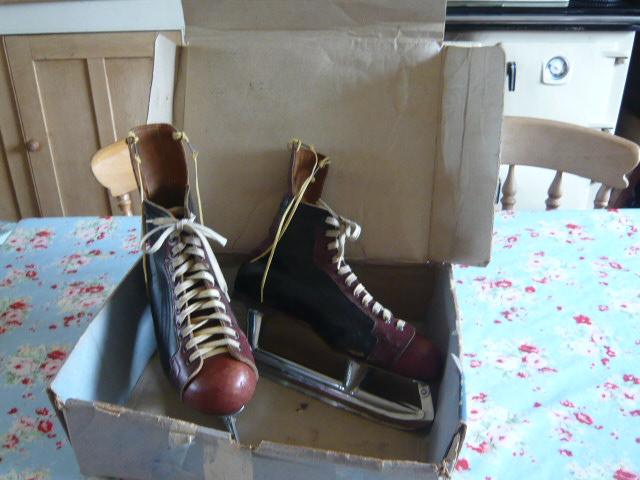 z/sold VINTAGE ICE SKATES IN ORIGINAL BOX
