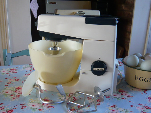 z/sold VINTAGE KENWOOD CHEF FOOD MIXER