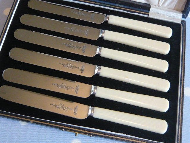 Z.SOLD  A VINTAGE set of BUTTER/FRUIT KNIVES IN ORIGINAL BOX