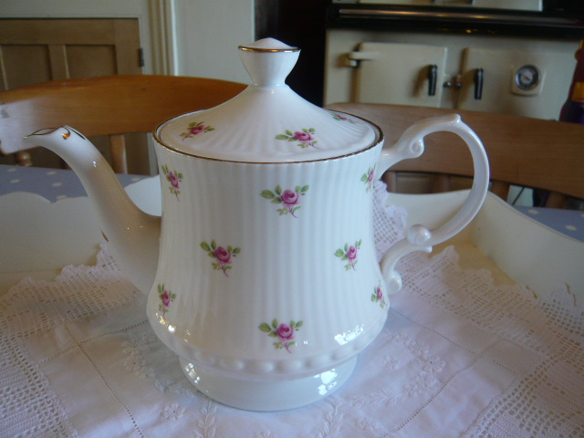Z/SOLD  A Vintage tea pot   roses design