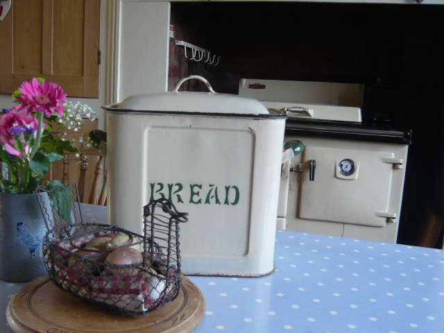 Z/sold  CREAM & GREEN VINTAGE BREAD BIN