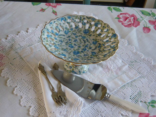 z/sold  VINTAGE BLUE CHINTZ CAKE STAND