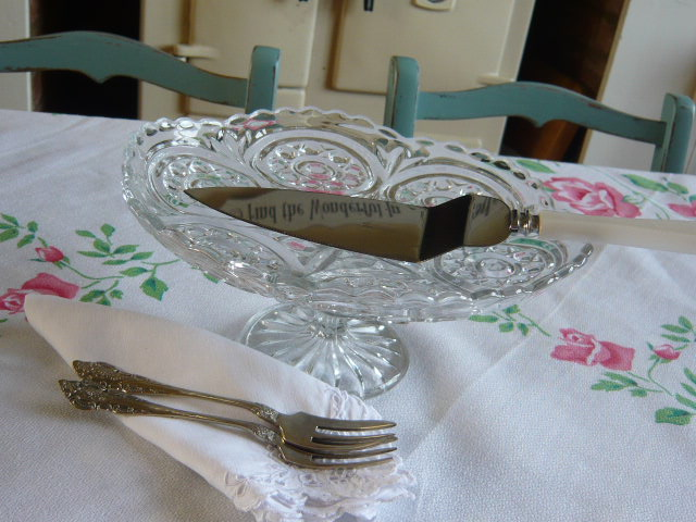 z/sold VINTAGE GLASS  CAKE STAND