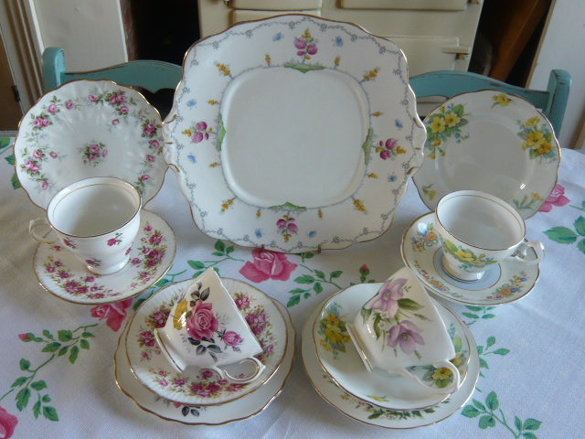 Z/SOLD  A BEAUTIFUL MIX-N-MATCH ROSES VINTAGE TEASET